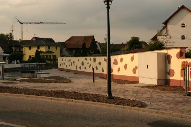 Geschmackvolle Gestaltung der Mauer an der Elzbrücke.  Bemerkenswert die gelungene Platzierung des Elektrokastens.