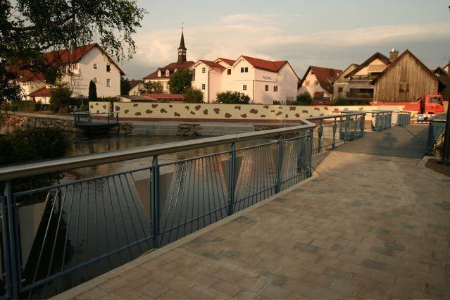 Das Geländer der Elzbrücke ist ein weiterer gelungener Höhepunkt der Gestaltung.